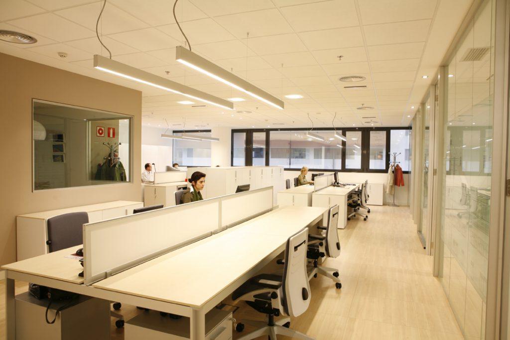 Sube Susaeta Interiorismo www.subeinteriorismo.com realiza la decoracion zona de trabajo de oficinas para empresa Bilbao