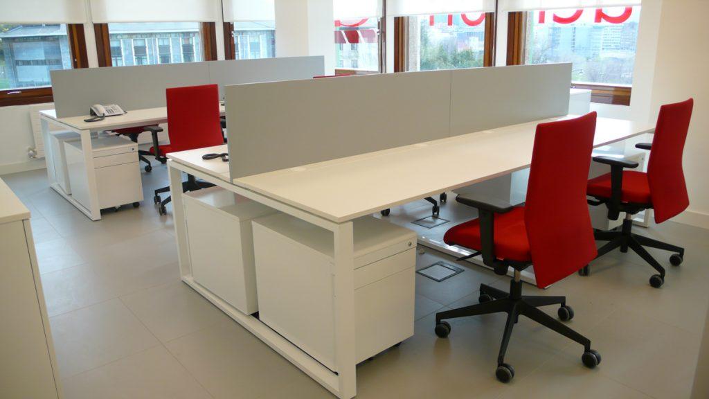 Sube Susaeta Interiorismo www.subeinteriorismo.com diseño y decoración oficinas, zona trabajo, mesas bench, Bilbao