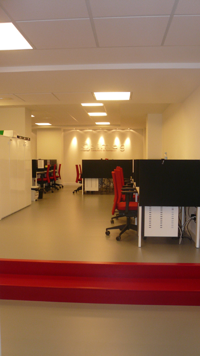 Sube Interiorismo www.subeinteriorismo.com diseño y decoración oficina con call center para teleoperadores, Bilbao
