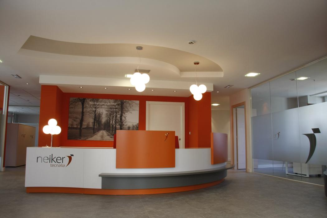 Sube Susaeta Interiorismo www.subeinteriorismo.com realiza la decoracion de oficinas para empresa en Alava. Diseño interior de rececpcion de oficina.