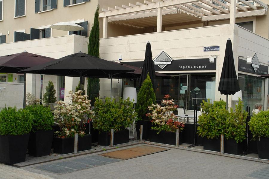 Diseño interior bar Bolinger Tapas Madrid Sube interiorismo Contract Bilbao, en blanco y negro www.subeinteriorismo.com