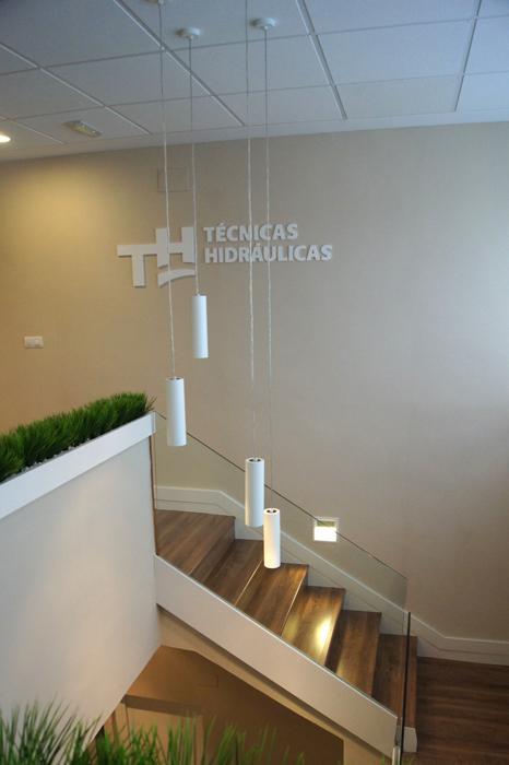 Sube Susaeta Interiorismo www.subeinteriorismo.com realiza la decoracion de oficinas para empresa Mungia, Bizkaia. Interiorismo y decoración escaleras y recepción