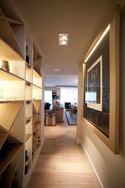 Sube Susaeta Interiorismo www.subeinteriorismo.com realiza la decoracion de vivienda en Bilbao, reforma integral. Diseño de botellero en pasillo