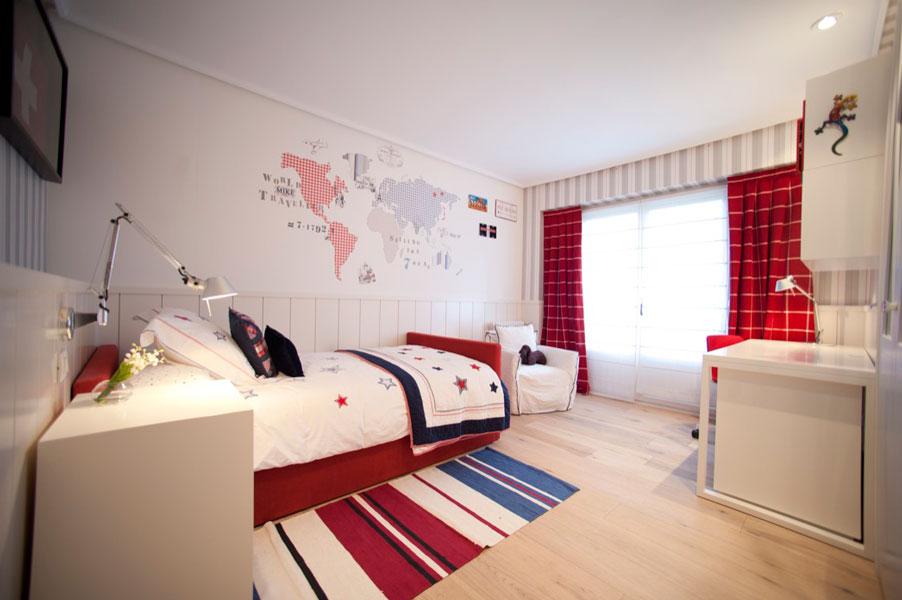 Sube Susaeta Interiorismo www.subeinteriorismo.com realiza la decoracion de vivienda en Bilbao, reforma integral. Diseño interior de dormitorio infantil en blanco, rojo y azul