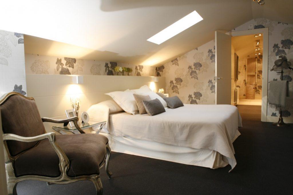 Sube Susaeta Interiorismo Bilbao, diseño de dormitorio principal con papel pintado