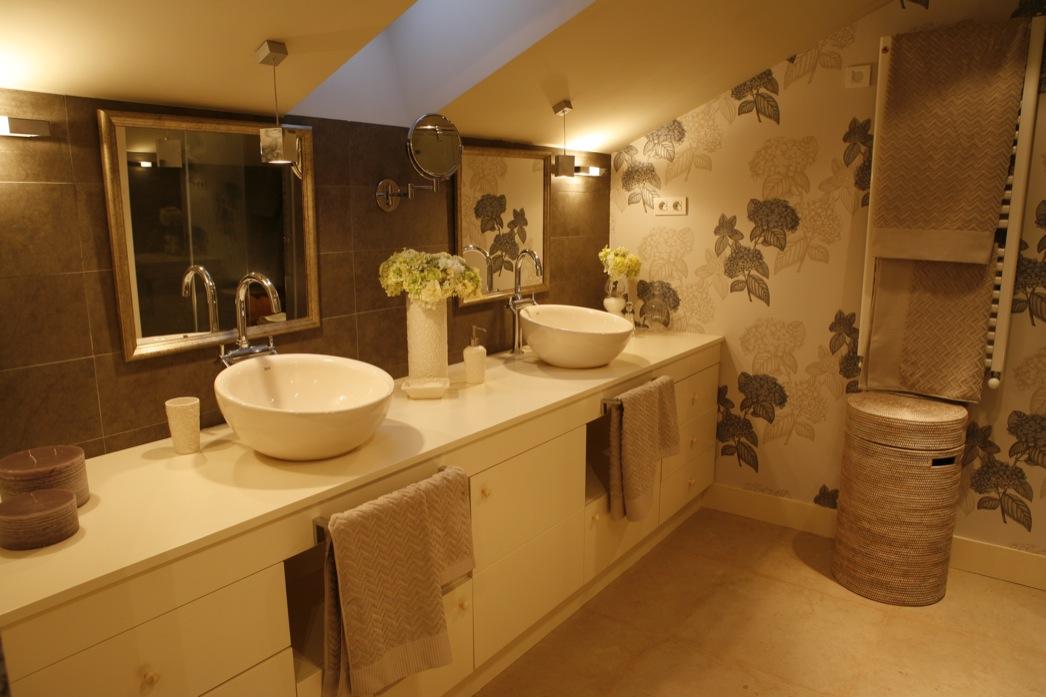 Sube Susaeta Interiorismo Bilbao, diseño de cuarto de baño principal con papel pintado