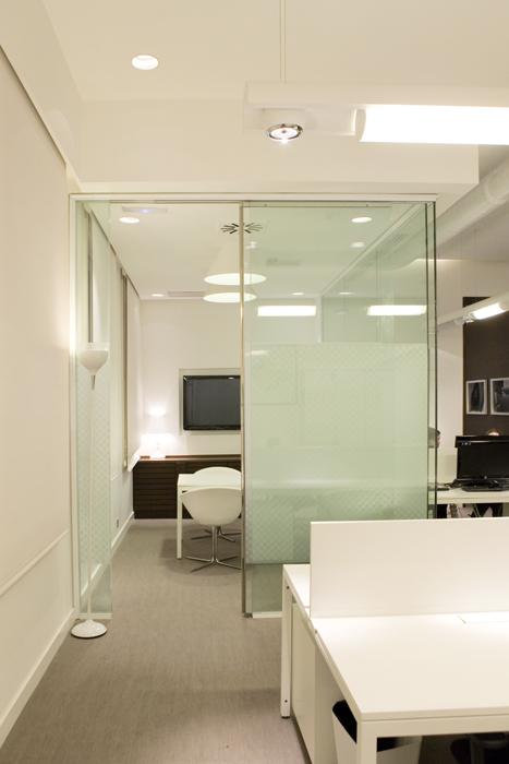 Sube Susaeta Interiorismo www.subeinteriorismo.com realiza la decoracion de oficinas para empresa en Madrid. Interiorismo y diseño interior oficina moderna
