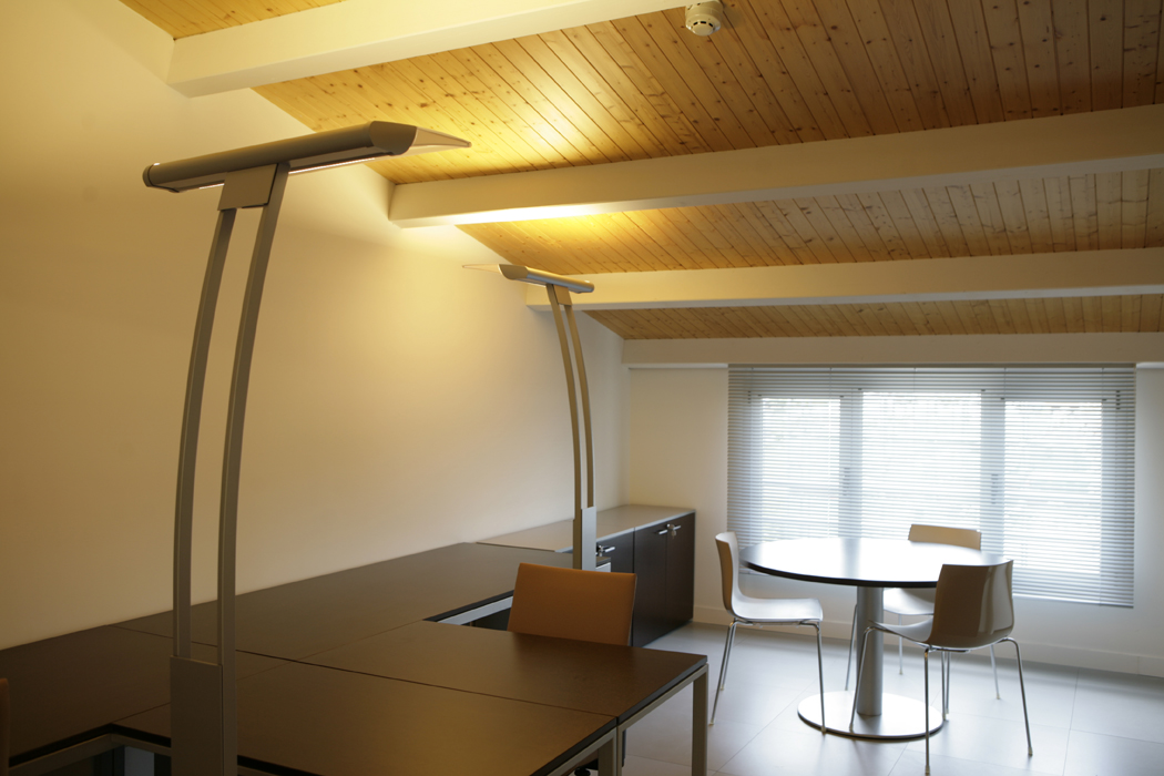 Sube Susaeta Interiorismo www.subeinteriorismo.com realiza la decoracion de oficinas para empresa. Mesa de reuniones