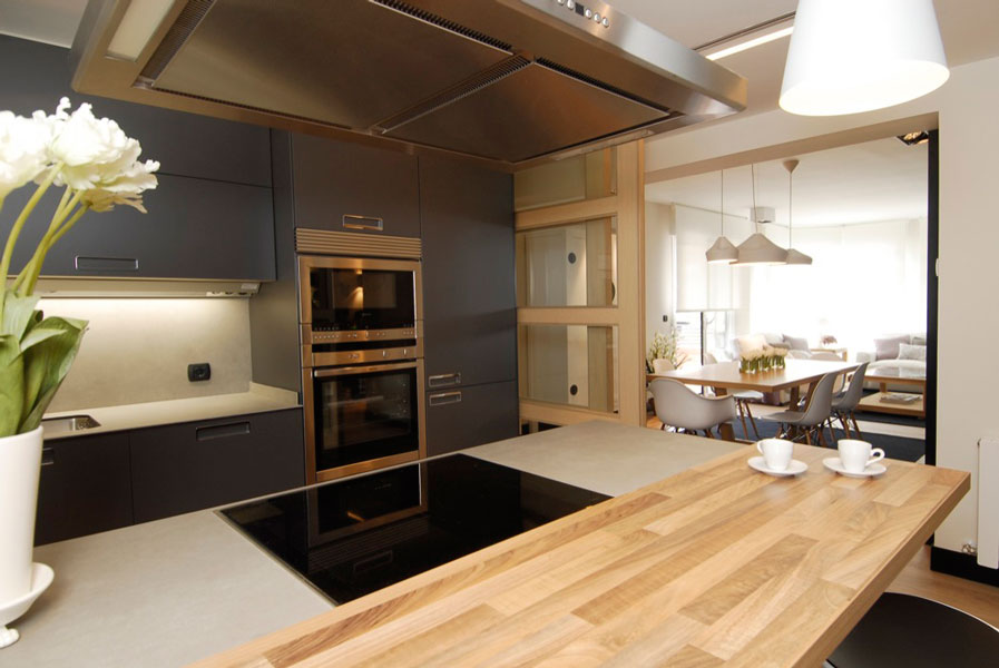 Interior cocina comunicada al salón diseñada por SuBe Susaeta Interiorismo Araba