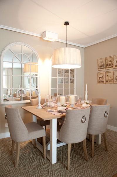 Sube Susaeta Interiorismo www.subeinteriorismo.com realiza la reforma de vivienda en Deusto -Bilbao, diseño interior de un espacio moderno y elegante para vivir y disfrutar. Comedor para 6 comensales, con mesa de madera y sillas tapizadas, lámpara colgante blanca y espejos.