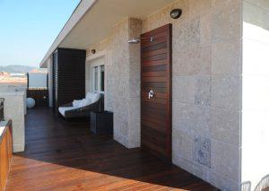 Decoracion terraza atico chill out con sofa y ducha en casa diseñada por SuBe Susaeta Interiorismo Sube Contract