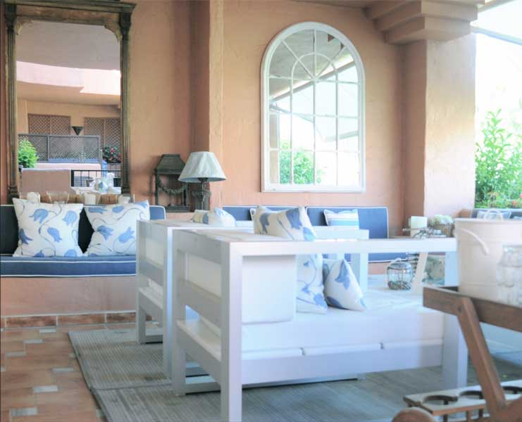 Decoración terraza por Sube Susaeta Interiorismo, en vivienda de verano Marbella