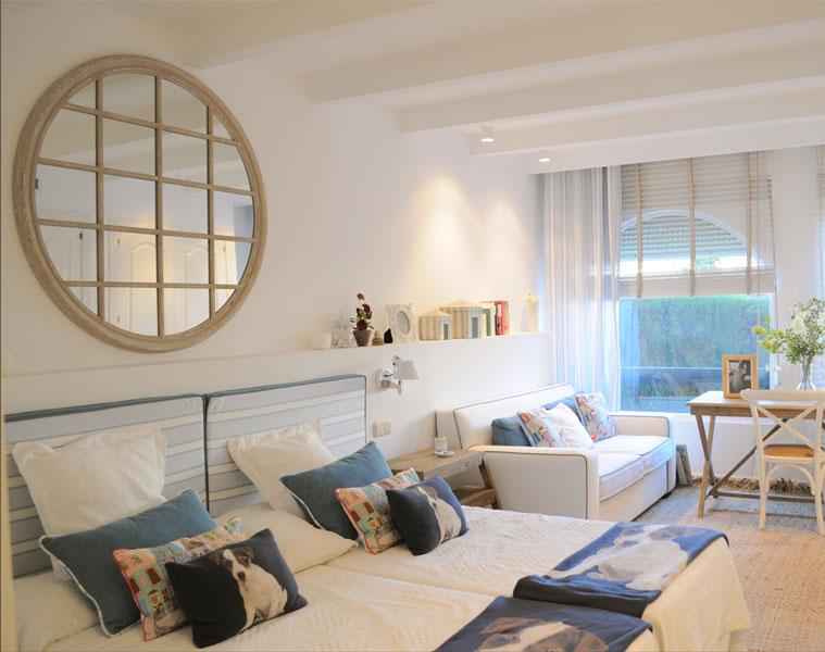 Reforma interior decoración dormitorio por Sube Susaeta Interiorismo, en vivienda de verano Marbella