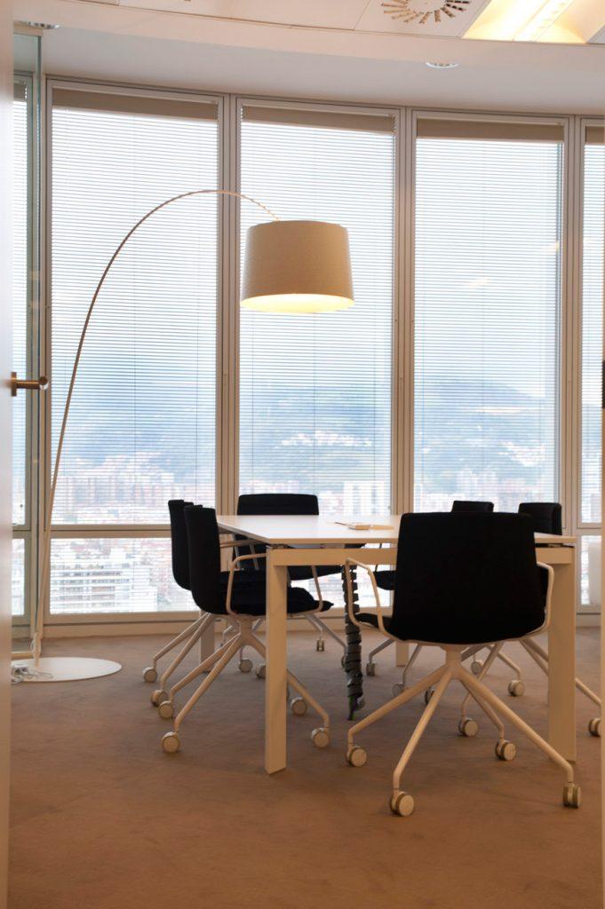 Sube Susaeta Interiorismo www.subeinteriorismo.com realiza la decoracion de oficinas modernas y funcionales. Decoracion sala reuniones