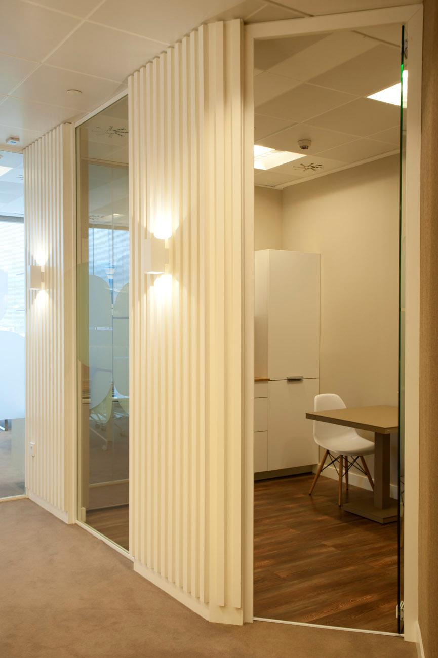 Sube Susaeta Interiorismo www.subeinteriorismo.com realiza la decoracion de oficinas modernas y funcionales. Detalle empanelado madera lacada