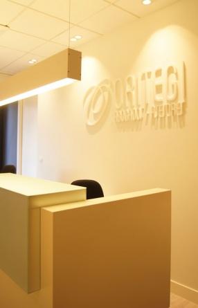 Sube Susaeta Interiorismo www.subeinteriorismo.com realiza la decoracion de oficinas de abogados asesores en Portugalete, Bizkaia. Detalle decoración recepción con logotipo lacado