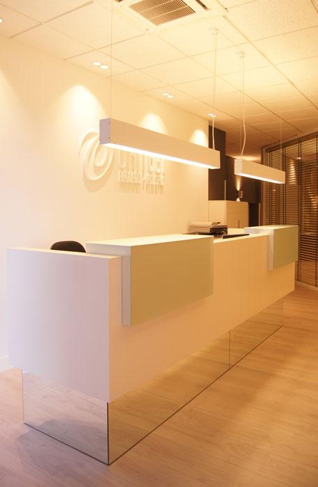 Sube Susaeta Interiorismo www.subeinteriorismo.com realiza la decoracion de oficinas de abogados asesores en Portugalete, Bizkaia. Detalle decoración recepción