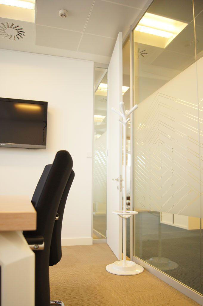 Sube Susaeta Interiorismo www.subeinteriorismo.com decoracion oficinas empresa de seguros en Bilbao, Bizkaia. Detalle decoración sala de reuniones