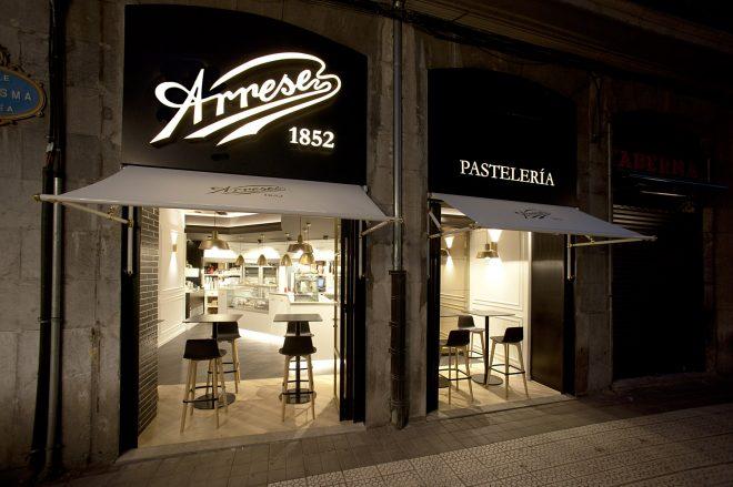 Sube Susaeta Interiorismo Sube Contract decoracion de fachada de pasteleria en dorado y negro, Bilbao, www.subeinteriorismo.com