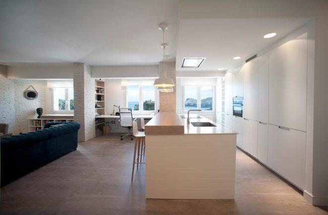Reforma integral vivienda por Sube Interiorismo Bilbao, cocina americana en blanco de Santos Estudio Bilbao