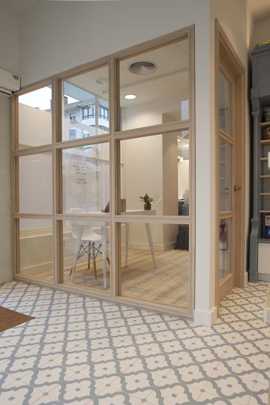 Sube Interiorismo Bilbao diseño interior de farmacia Zarautz Gipuzkoa