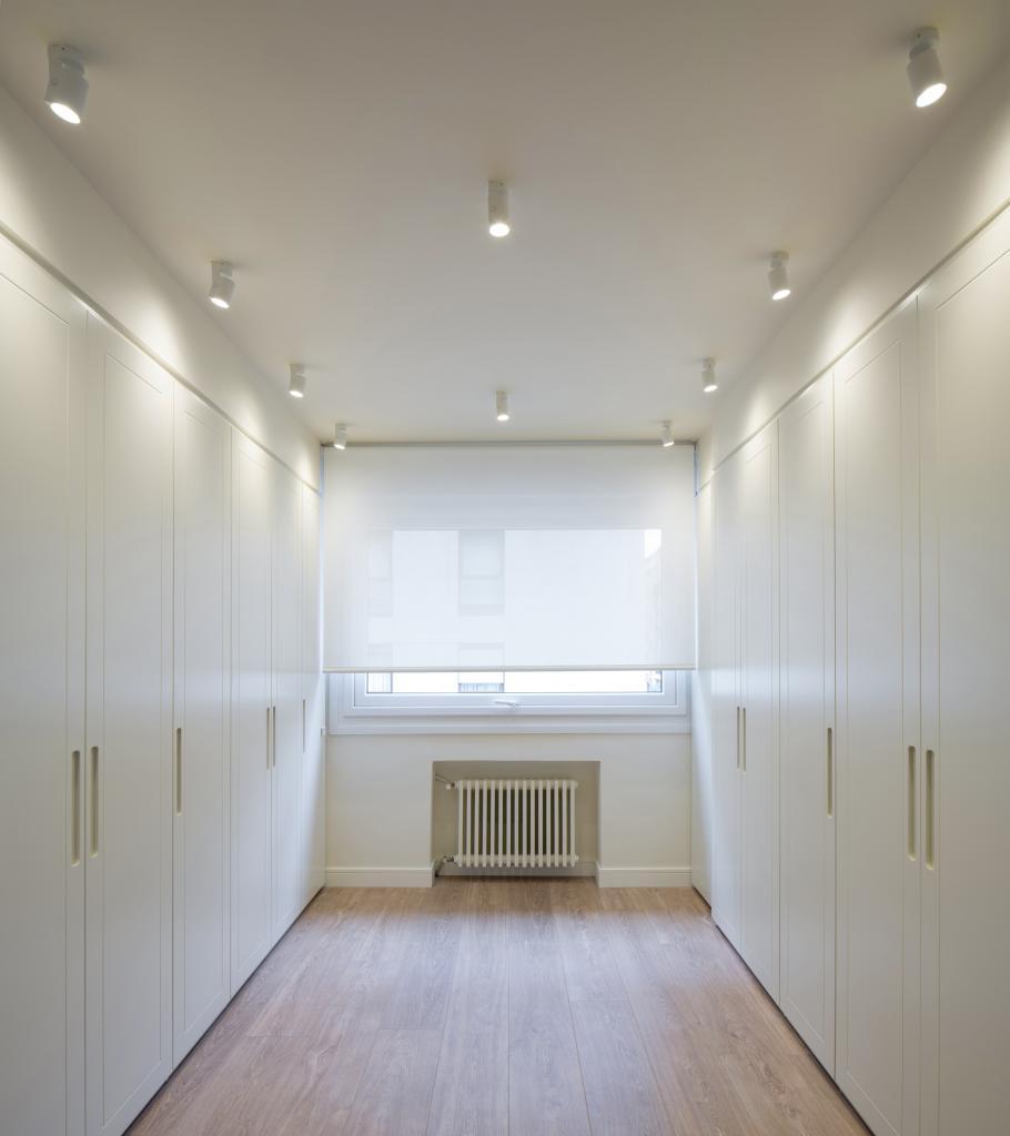 Sube Interiorismo reforma integral de vivienda en Bilbao, vestidor en blanco