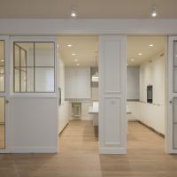 Sube Interiorismo reforma integral de vivienda en Bilbao, cocina unida al salón