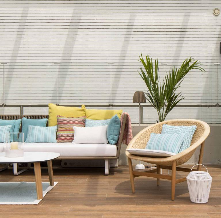 Diseño de terraza con muebles de Kettal, en reforma integral de vivienda por Sube Interiorismo Bilbao