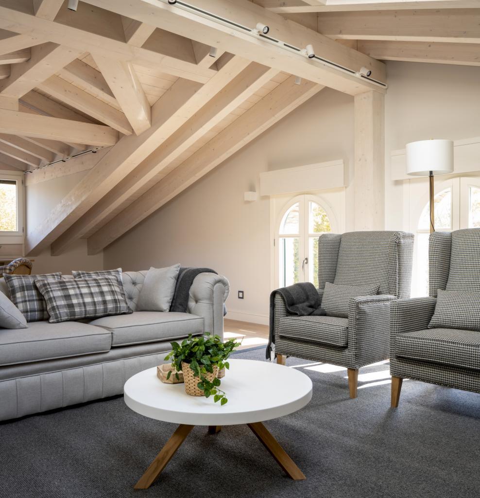 Diseño de sala de estar en buhardilla