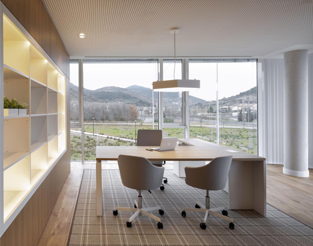 Diseño de oficina, gran sala de reuniones en madera. Sube Interiorismo, Bilbao