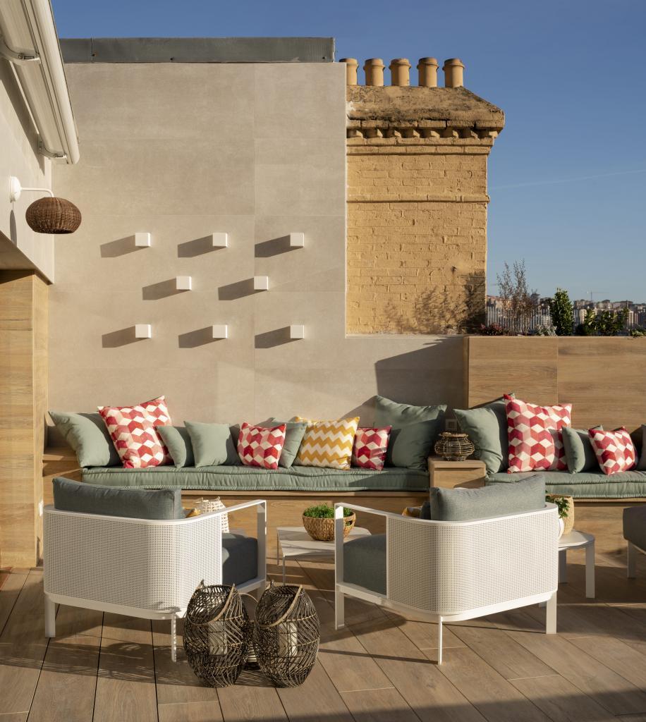 Terraza en Bilbao con butacas, diseñada por Sube Interiorismo