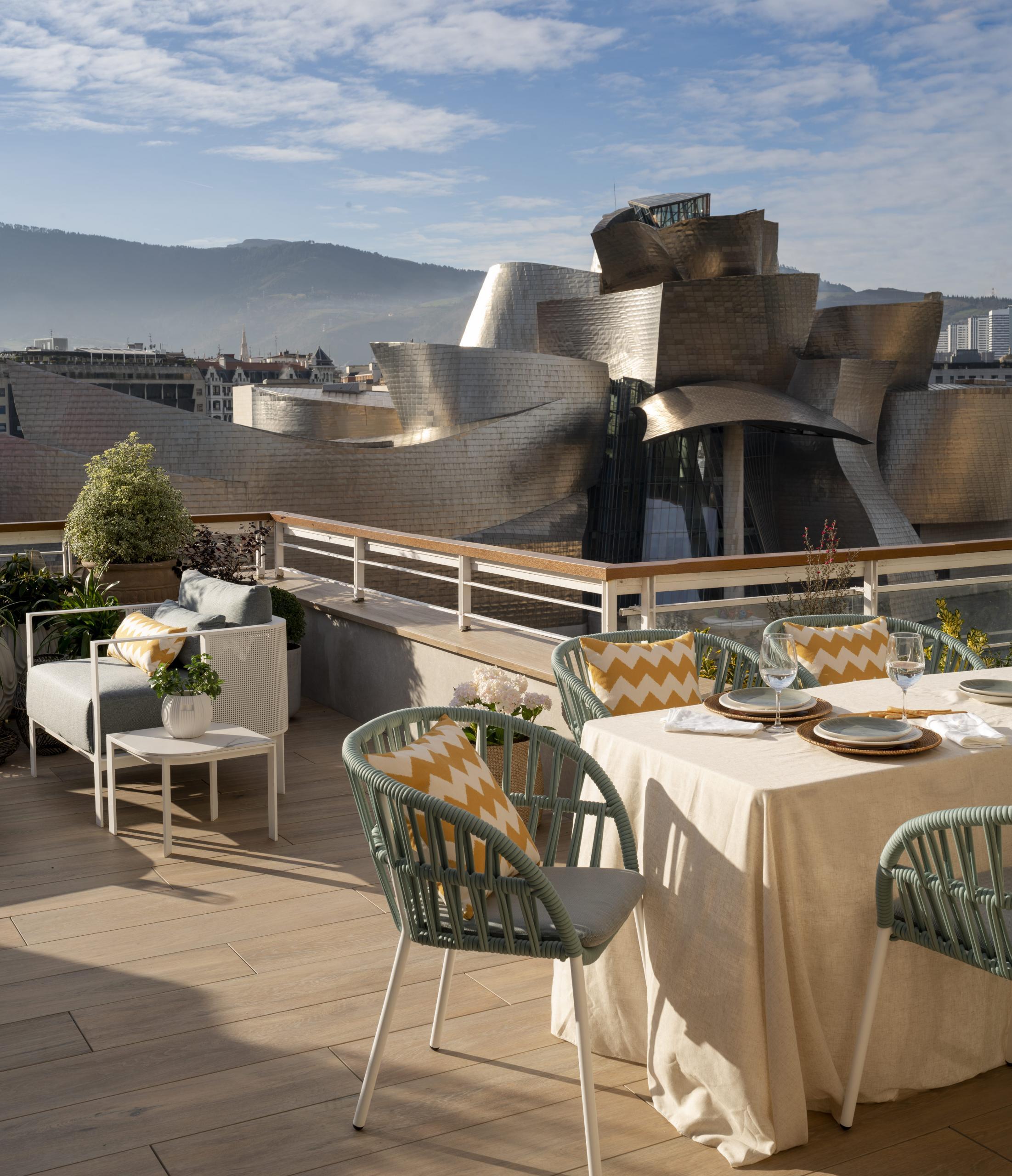 Mesa comedor en terraza con vistas Guggenheim