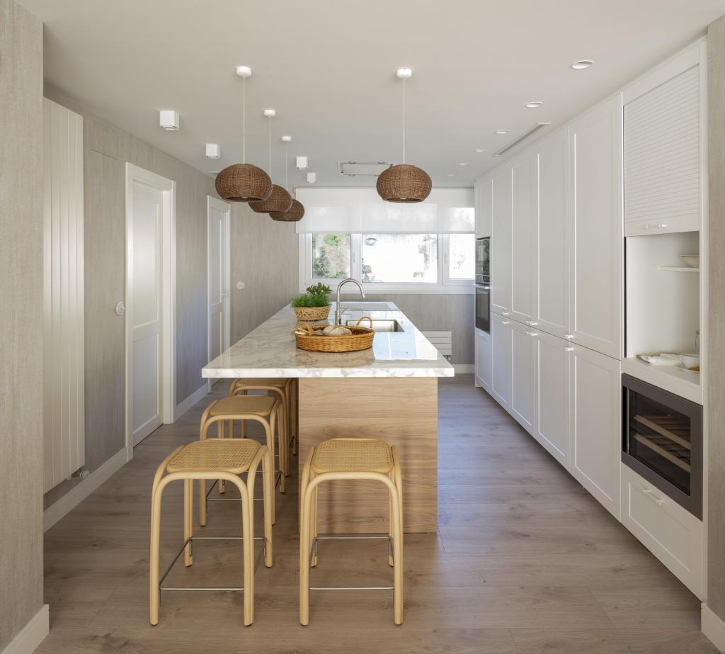 Diseño interior de cocina con isla
