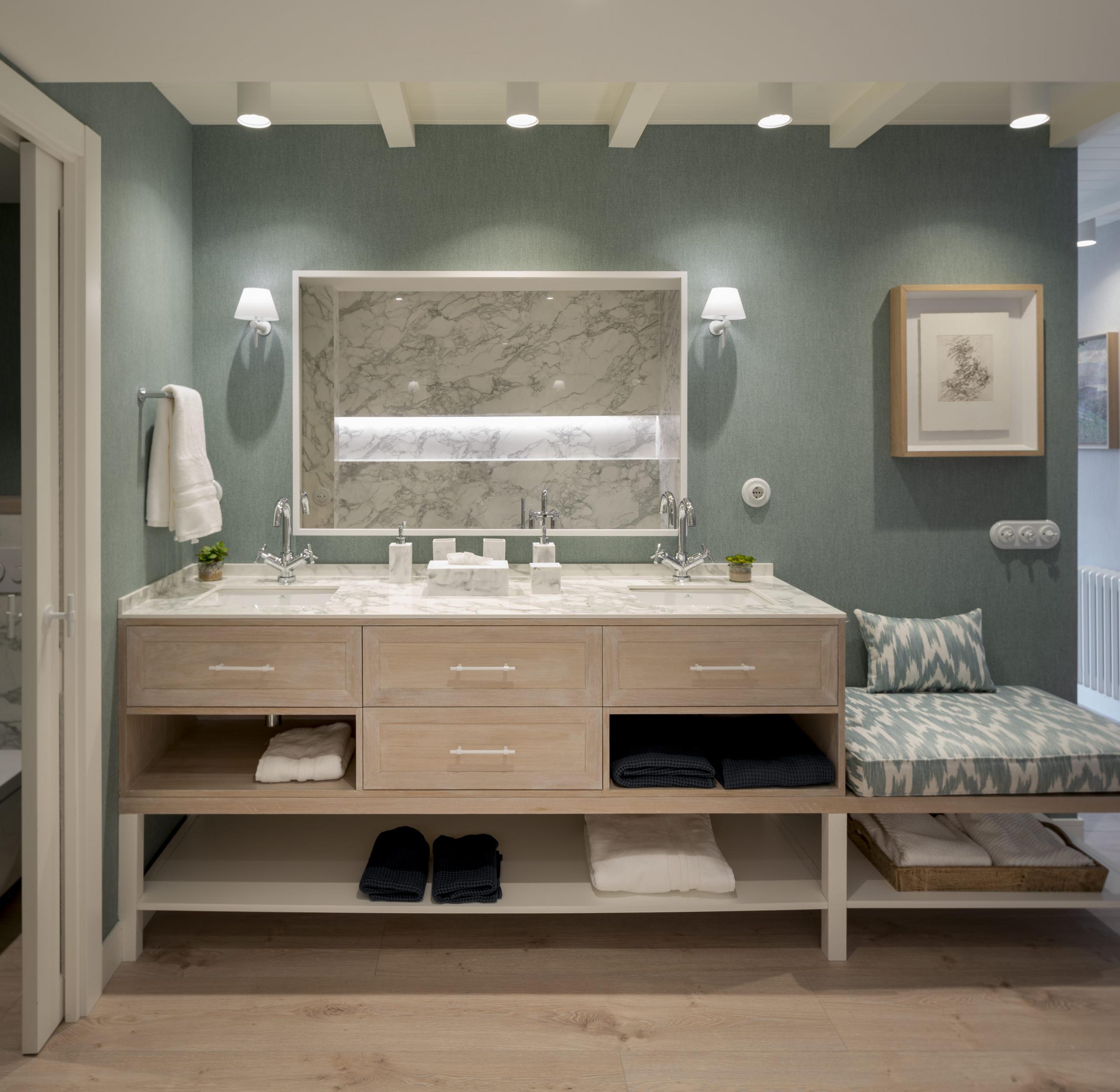 Diseño de gran cuarto de baño principal en reforma integral de vivienda