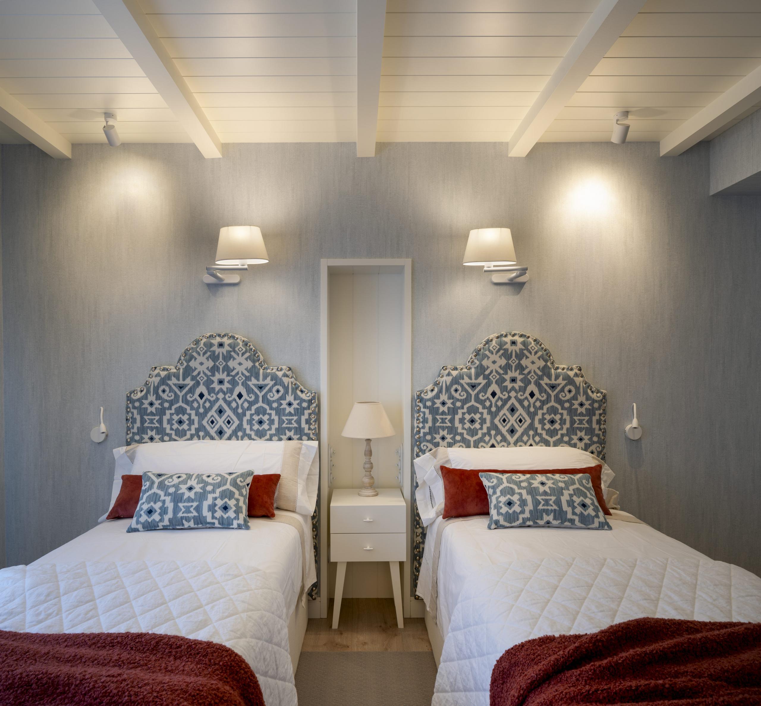 Diseño de dormitorio con dos camas