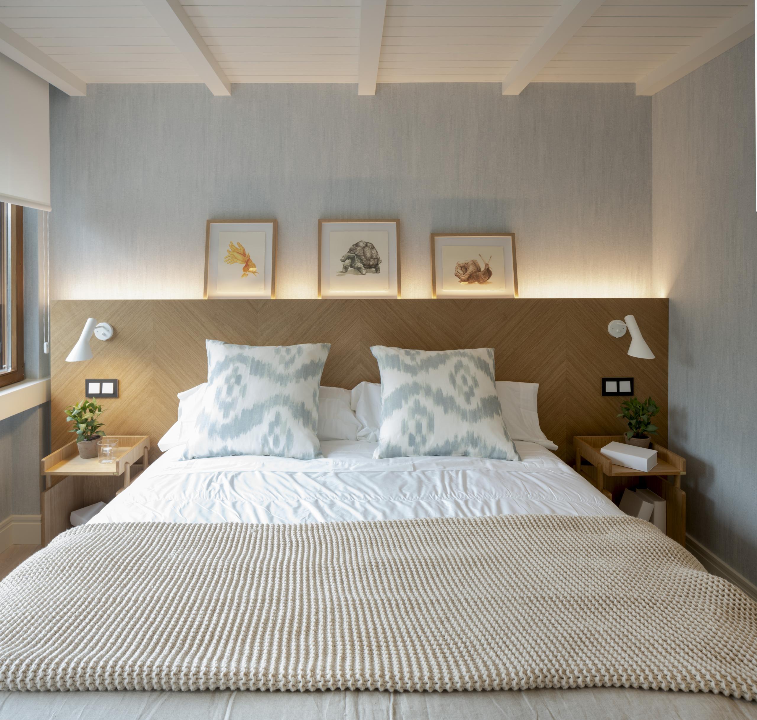 Diseño interior de dormitorio con cabecero de madera