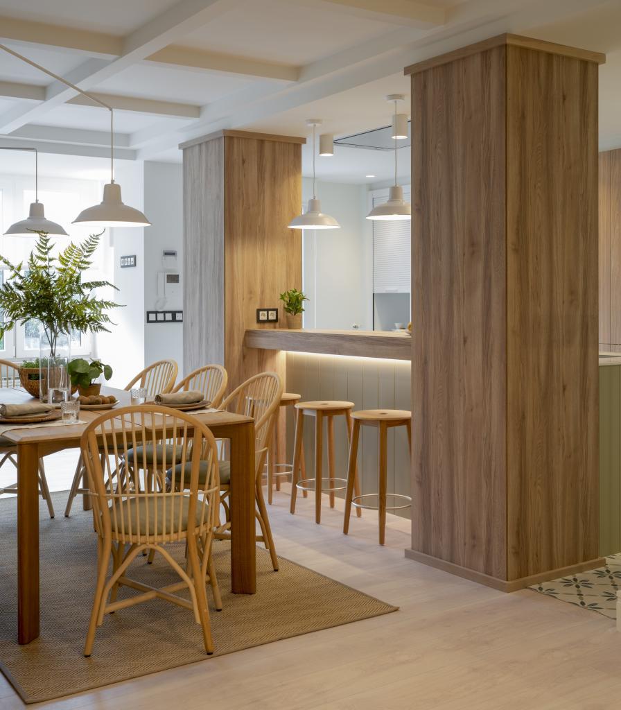 Comedor de madera decorado por Sube Interiorismo Bilbao