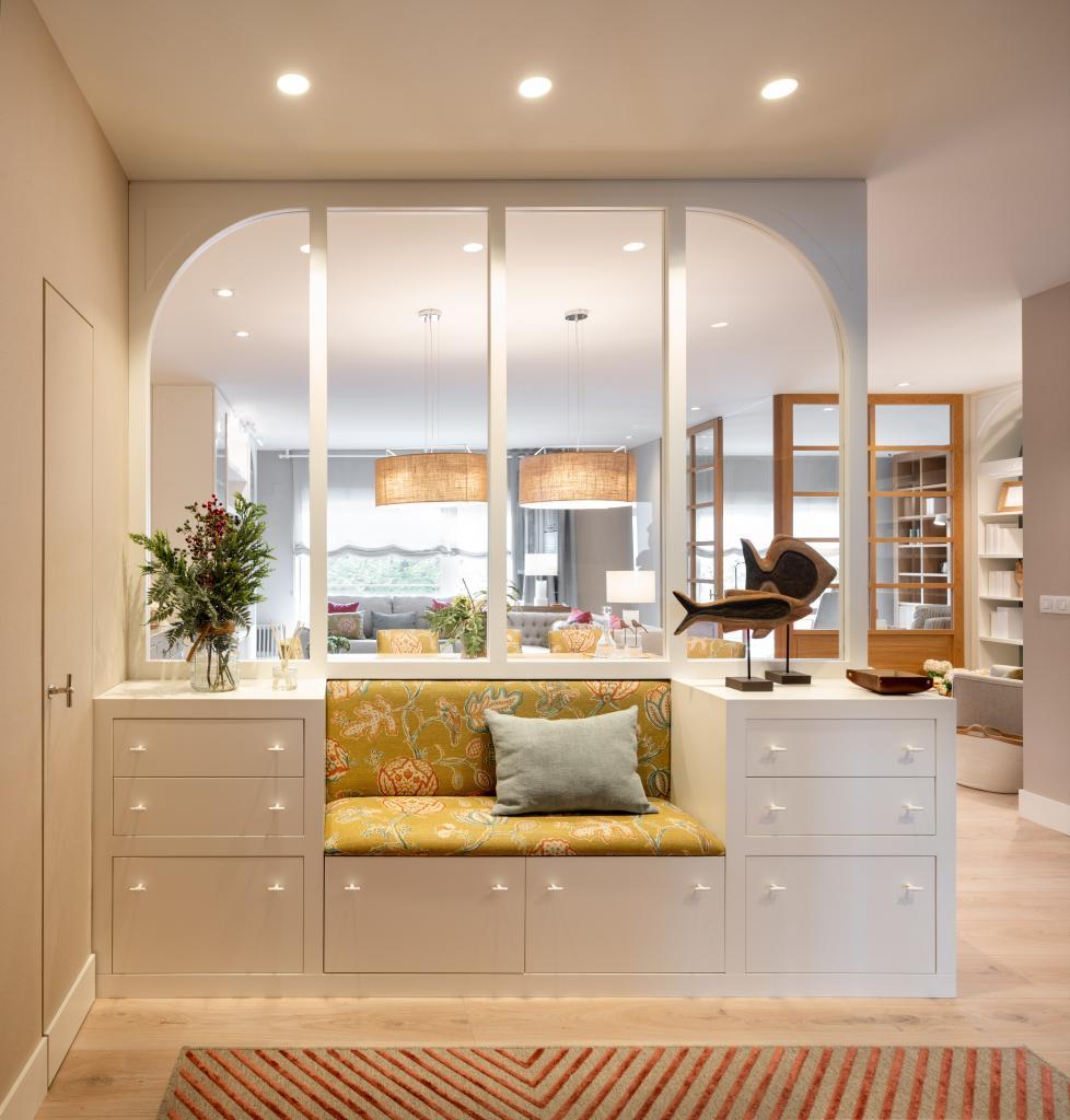Diseño vestíbulo con mueble separador a medida