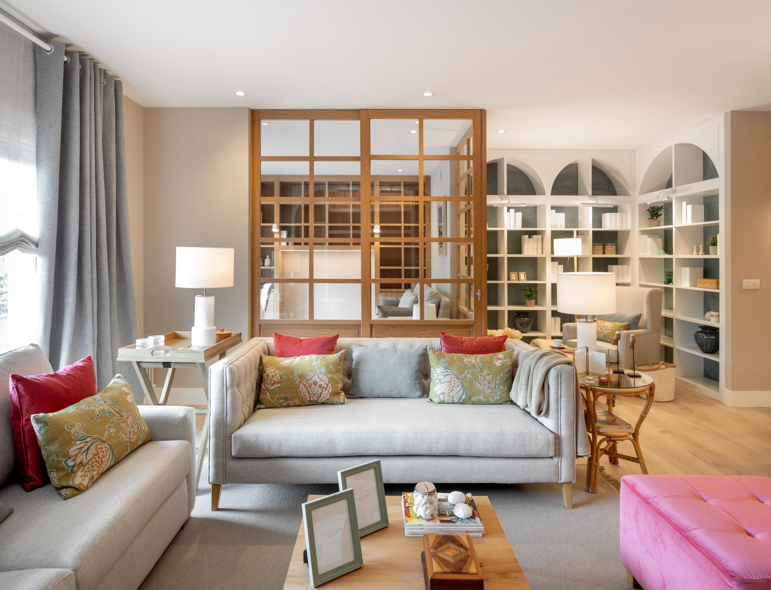 Diseño de salón con biblioteca a medida