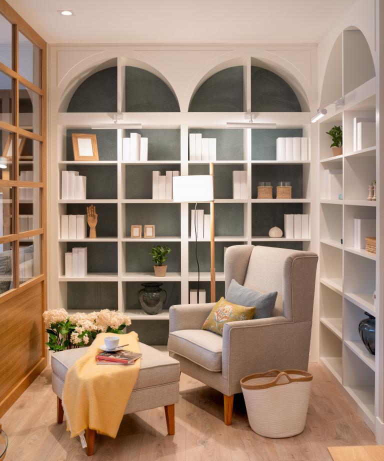 Diseño de zona de lectura con biblioteca