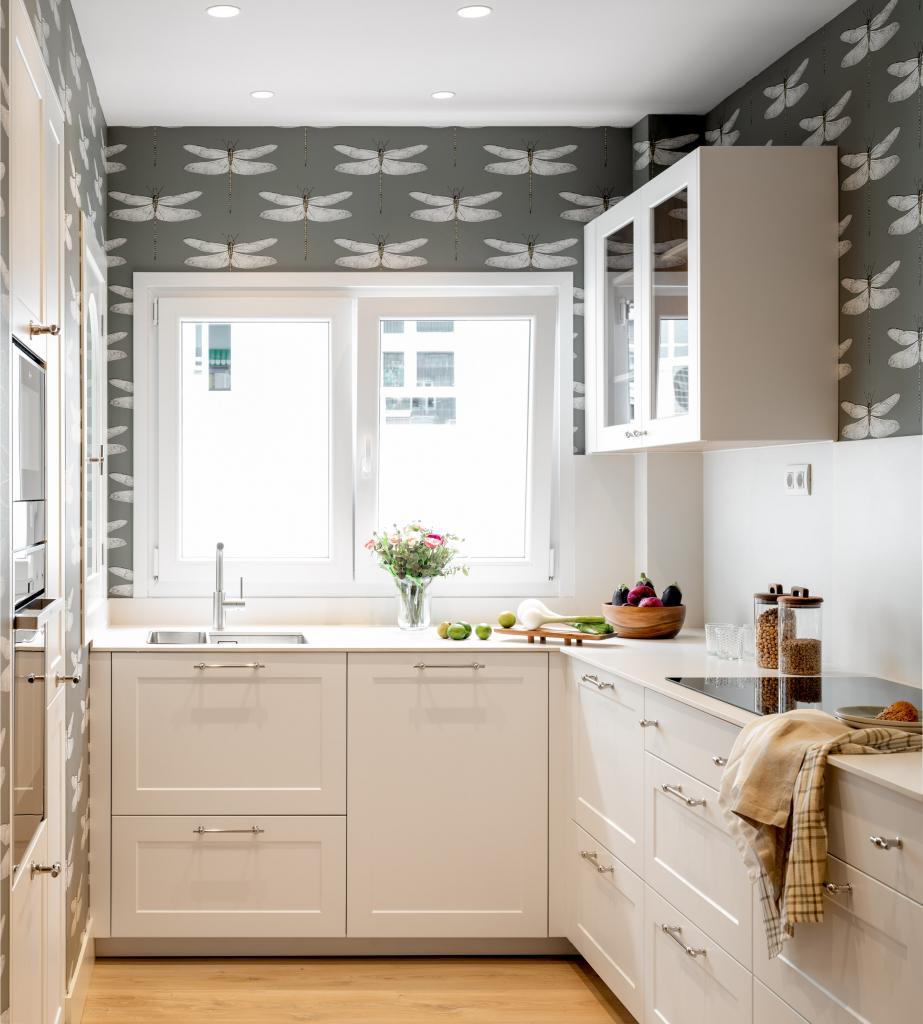 Diseño de cocina con muebles blancos y papel pintado gris