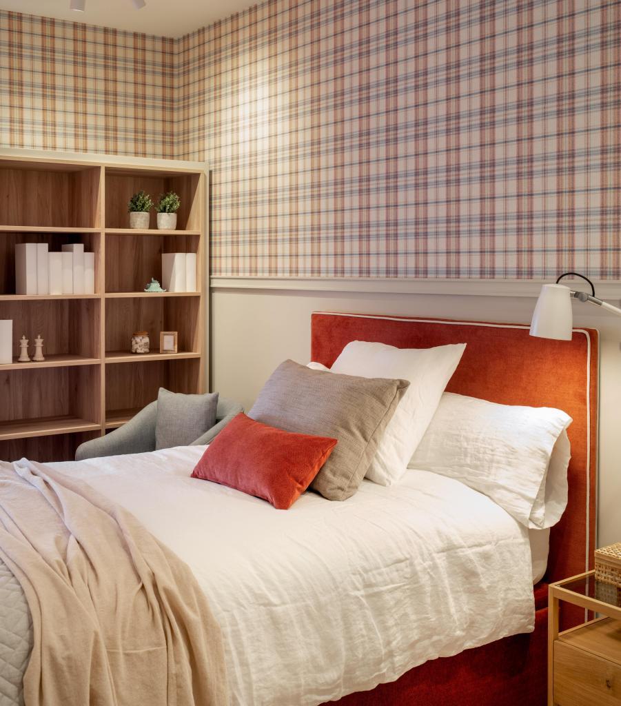 Diseño de dormitorio juvenil con cabecero en rojo