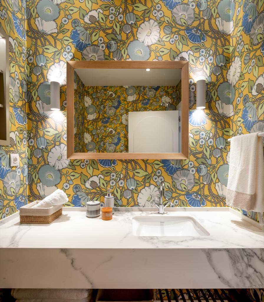 Diseño de cuarto de baño con papel pintado de flores