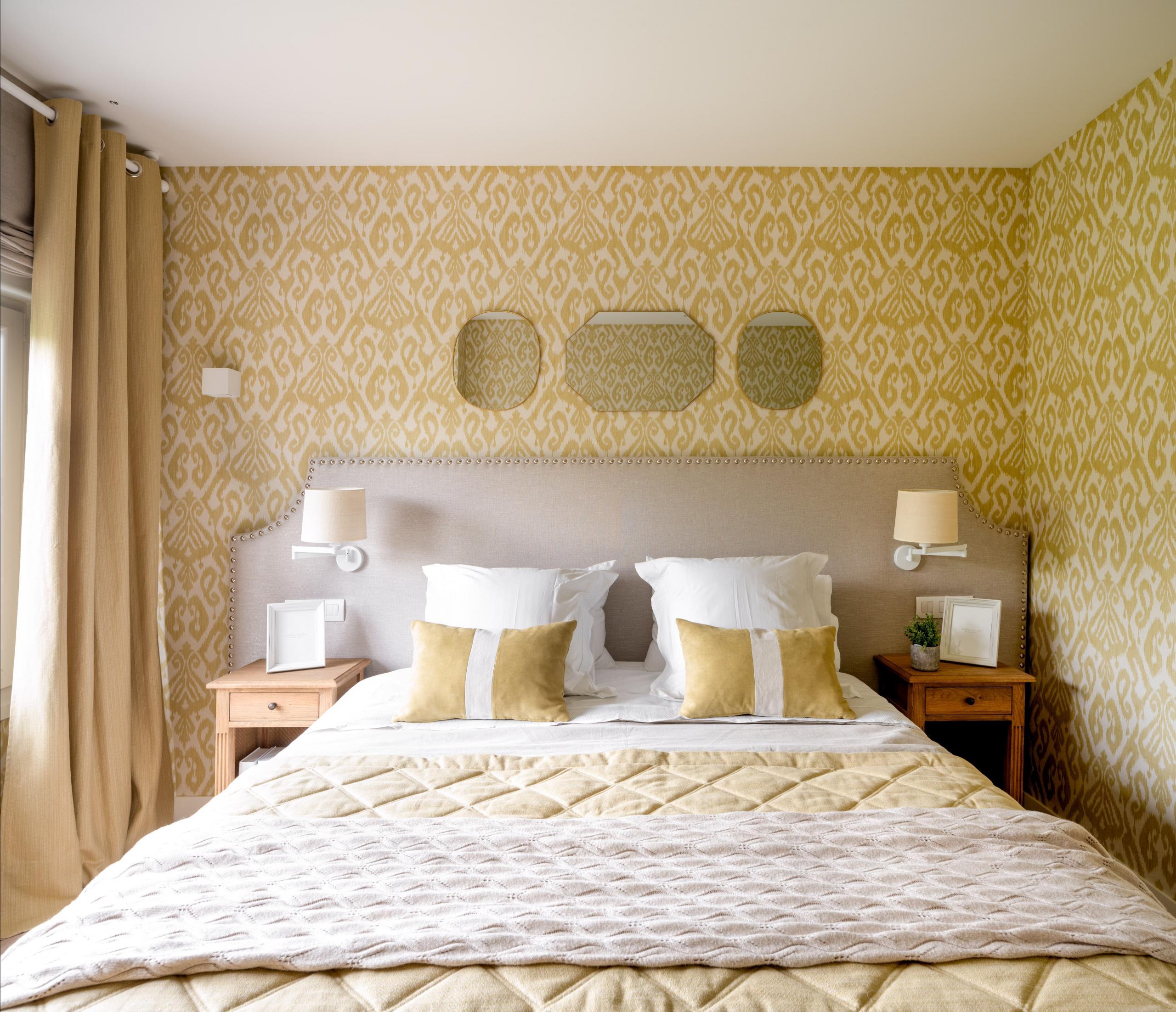 Decoración de dormitorio principal en amarillo