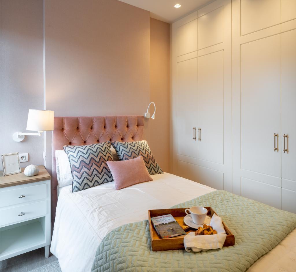Decoración de dormitorio con cabecero rosa