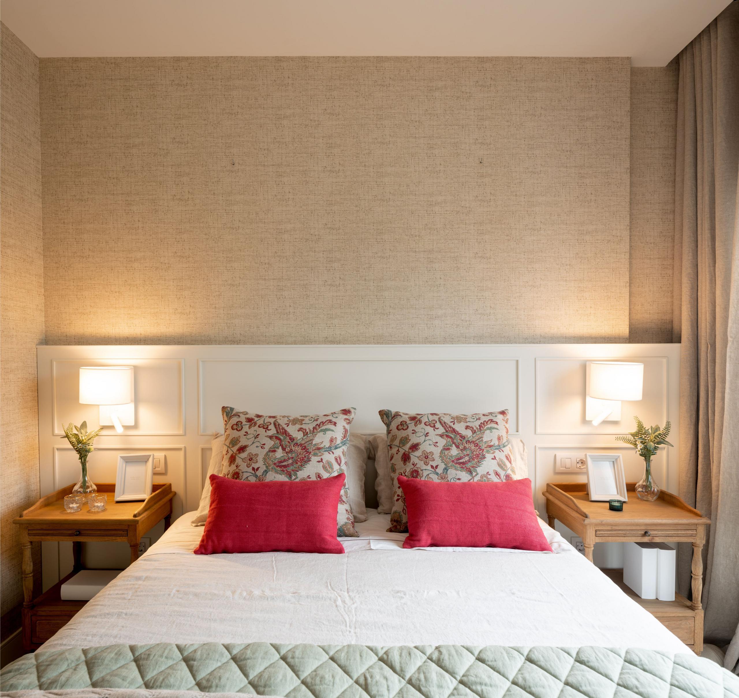 Decoración de dormitorio principal con cabecero blanco