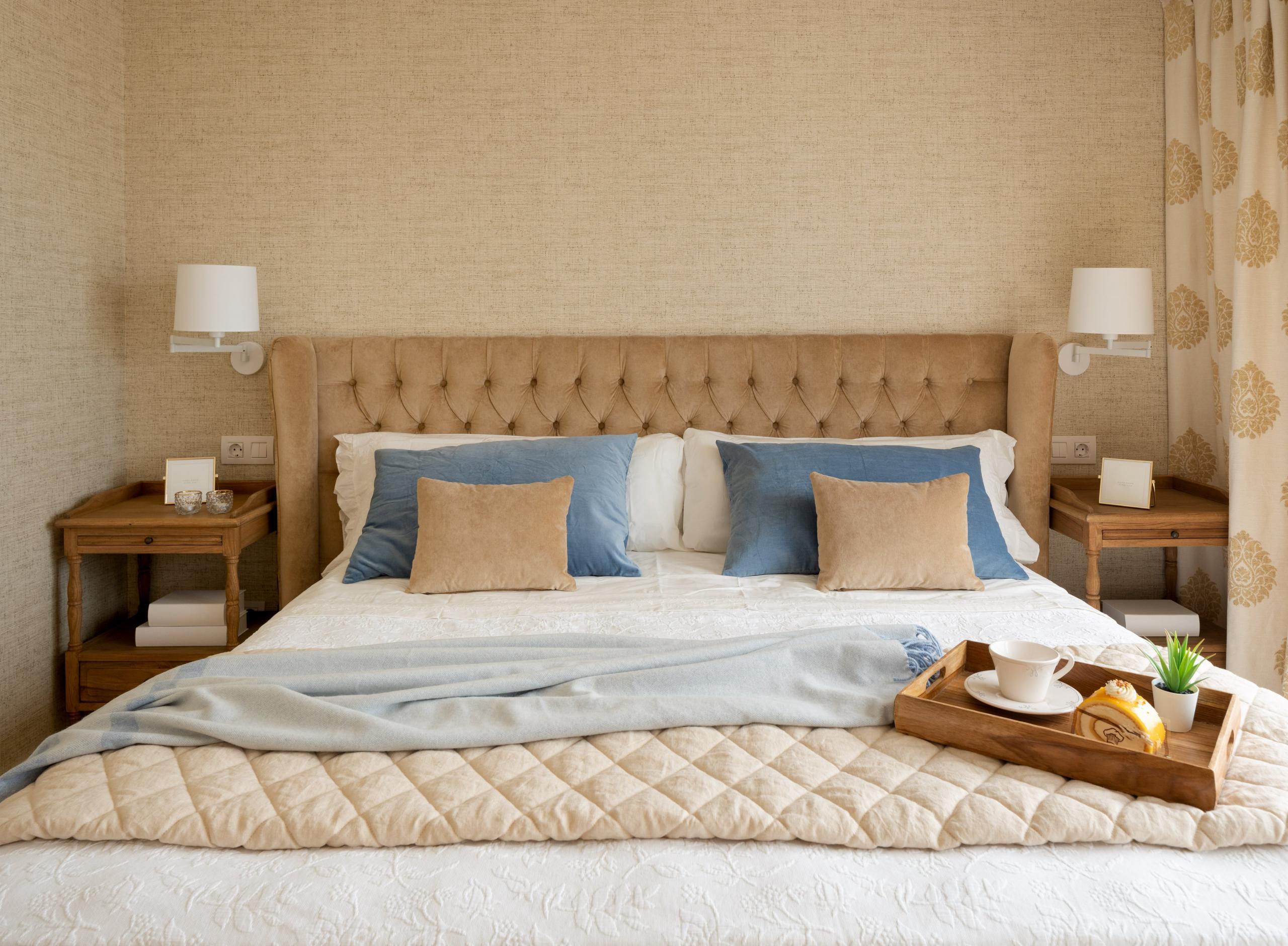 Diseño de dormitorio principal con cabecero tapizado