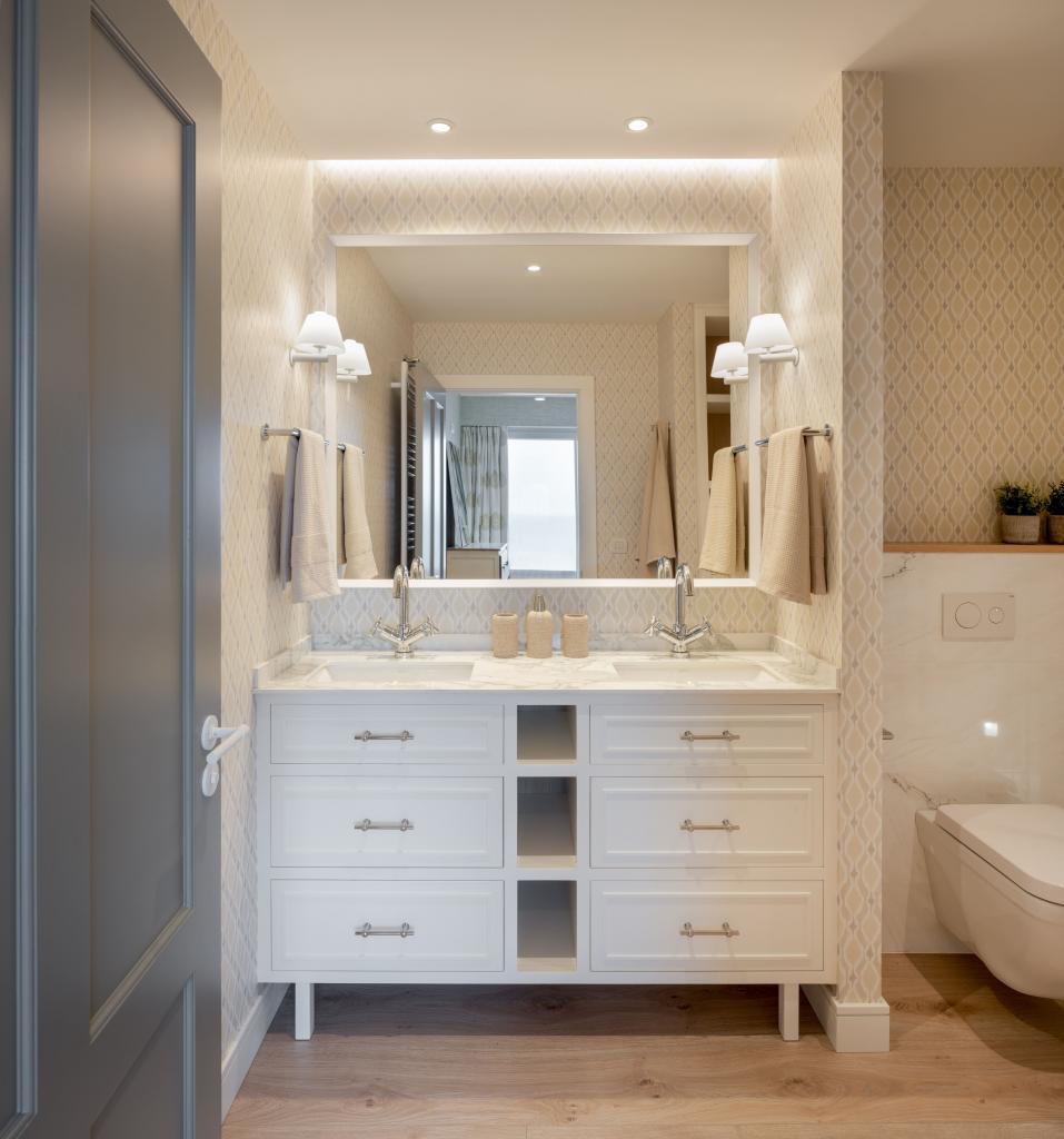 Decoración de cuarto de baño principal