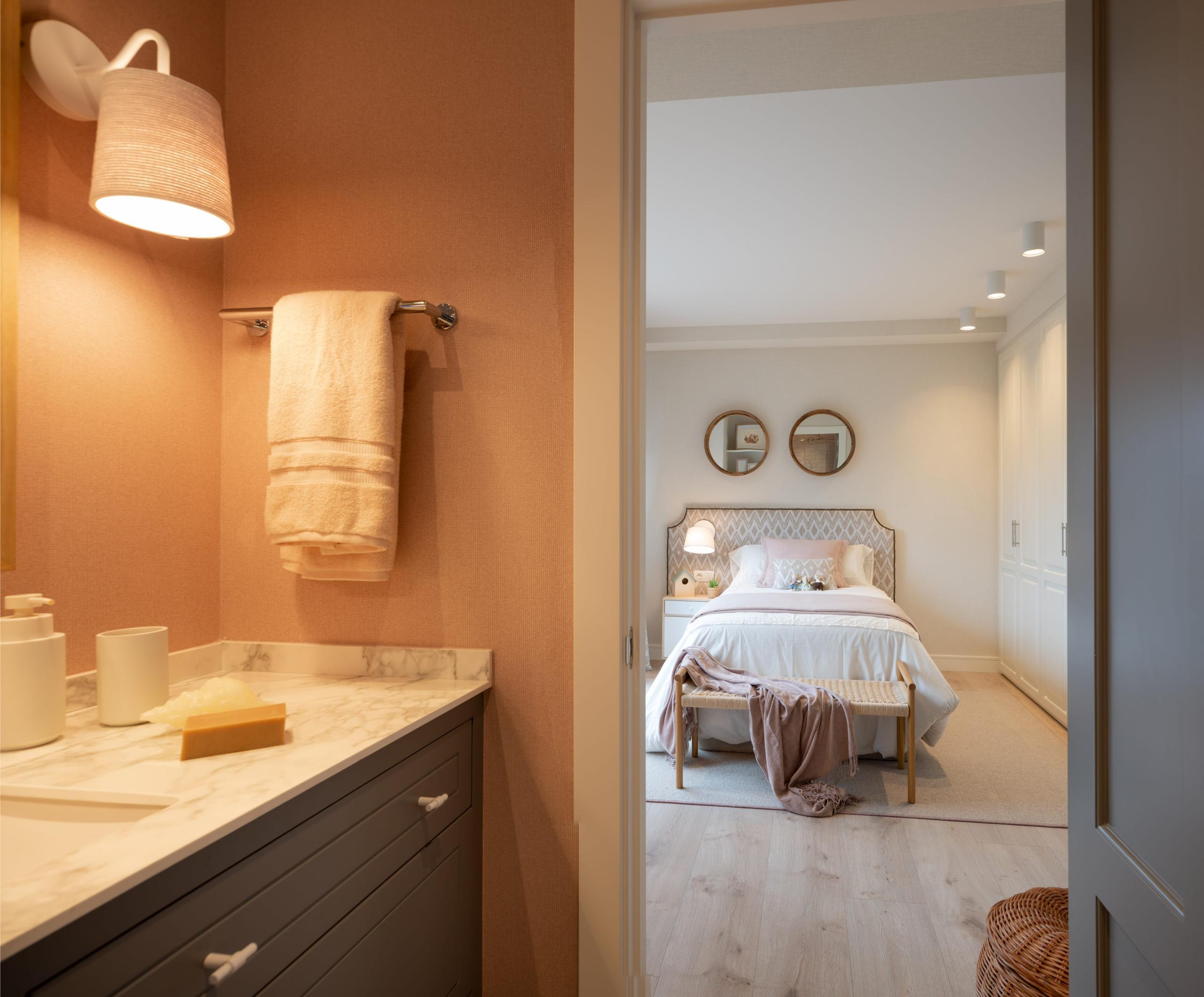 Dormitorio con cuarto de baño rosa