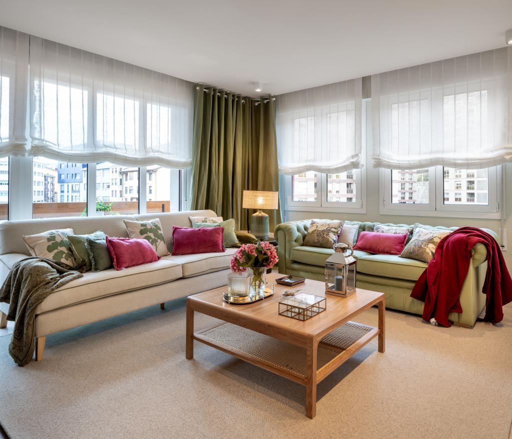 Decoración de salón con dos sofás en verde